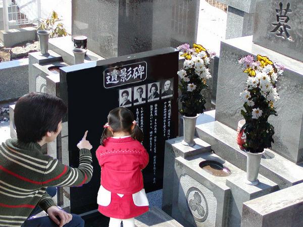 ★★遺影碑に手を合わせる母子.jpg-2.jpg